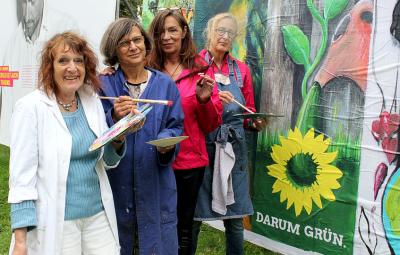 Vier Künstlerinnen und ein Grossplakat